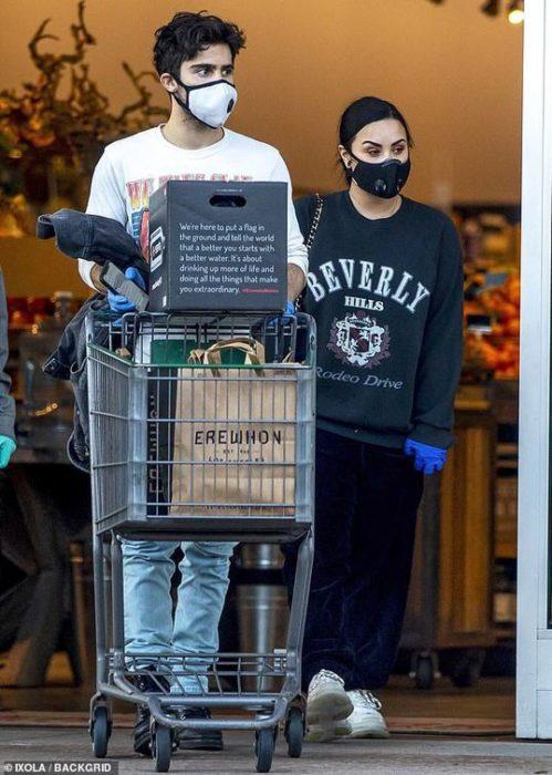 Demi Lovato y el cantante Max Ehric empujando un carrito con compras