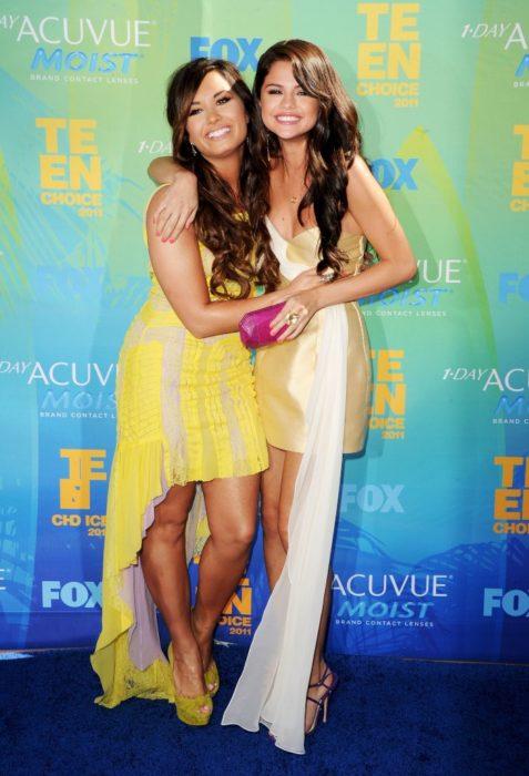 Demi Lovato y Selena Gomez abrazadas en los teen choice awards