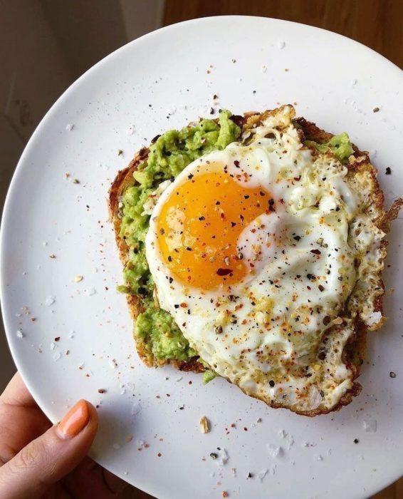 Pan tostado con aguacate y un huevo estrellado