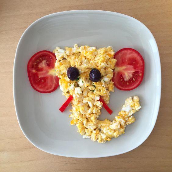 Huevo batido con tomate en forma de elefante