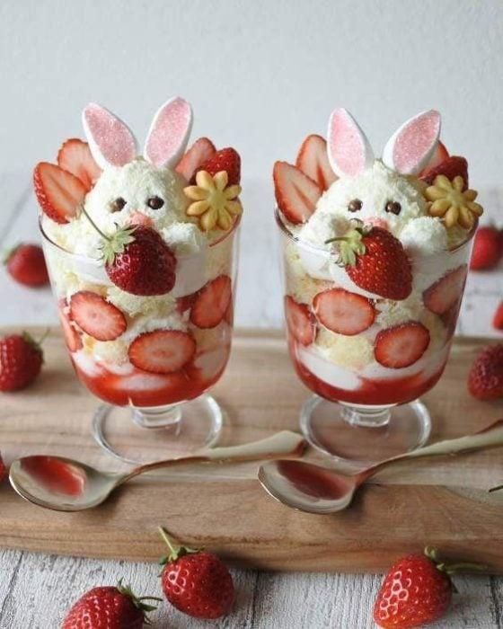 Vasos de yogurt con fresas y conejitos de coco