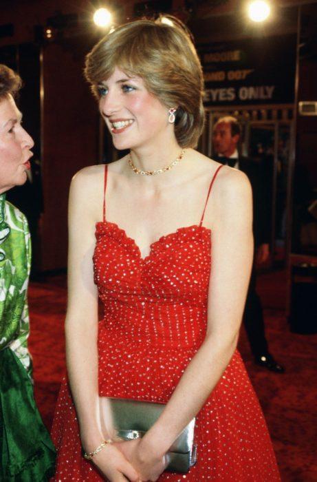 Lady Di usando un vestido rojo de tirantes