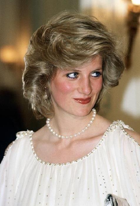 Lady Di usando una blusa blanca y collar de perlas