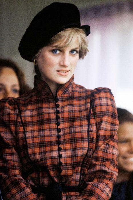 Lady Di usando un abrigo a cuadros y una boina