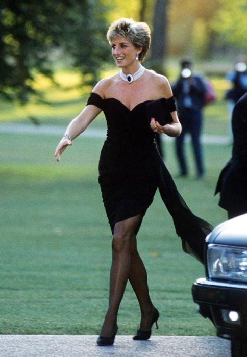 Lady Di usando el vestido de la venganza