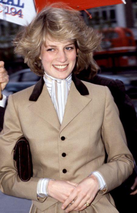 Lady Di usando una gabardina caqui