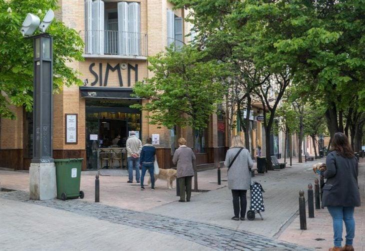 Personas yendo a realizar sus compras, manteniendo su sana distancia