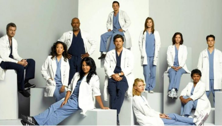 Personajes de la serie Greys Anathomy colocados en el poster de la serie