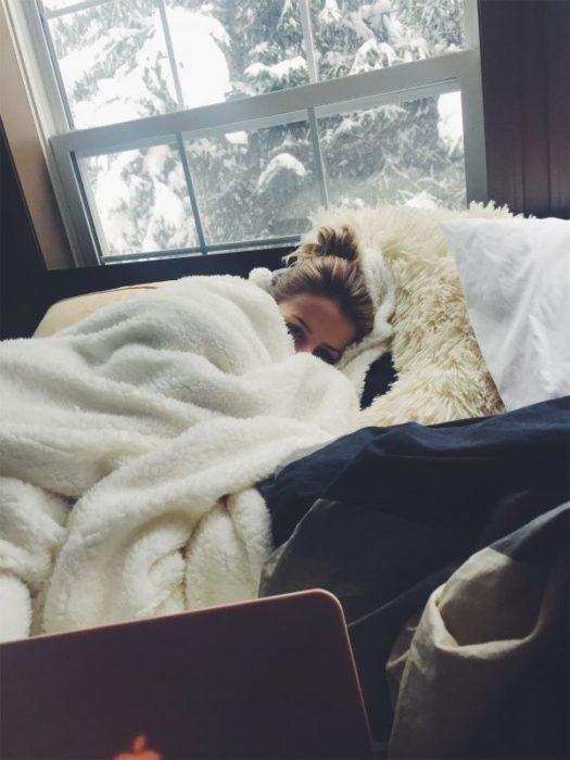 Chica durmiendo maquillada
