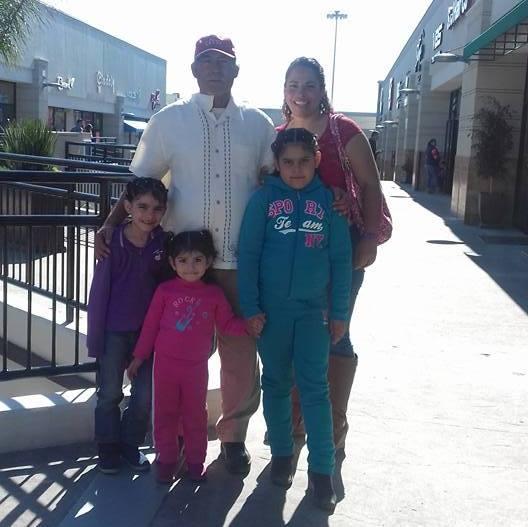 Silvia Rosas Saucedo con su familia en una fotografía en la plaza