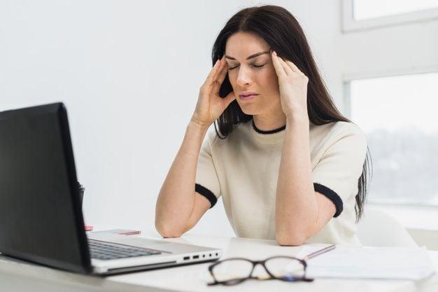Mujer estresada frente al ordenador