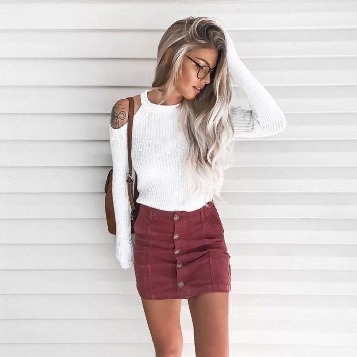 Chica usando mini falda rosa