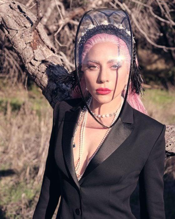 Lady Gaga llevando una careta plástica con cabello teñido en rosa