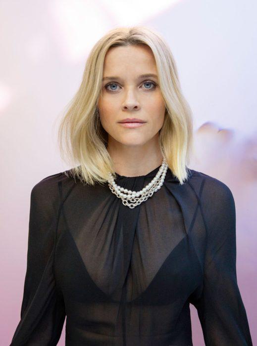 Reese Witherspoon llevando un vestido negro con transparencias y perlas