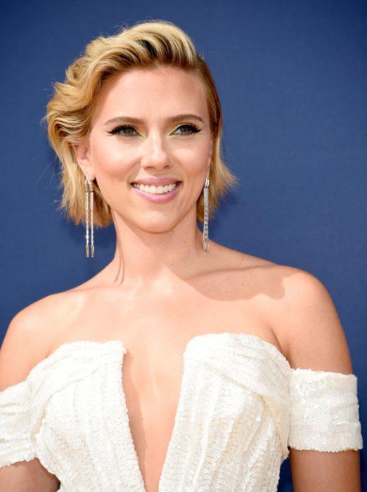 Scarlett Johansson llevando un vestido blanco con escote pronunciado y detalles en glitter