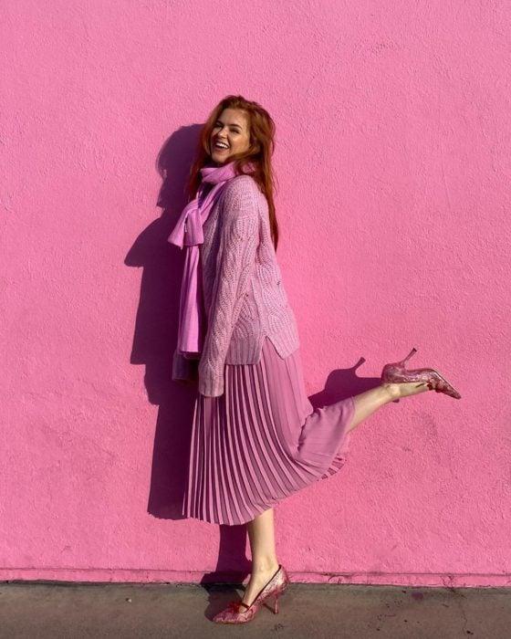 Isla Fisher posando con un outfit total en rosa