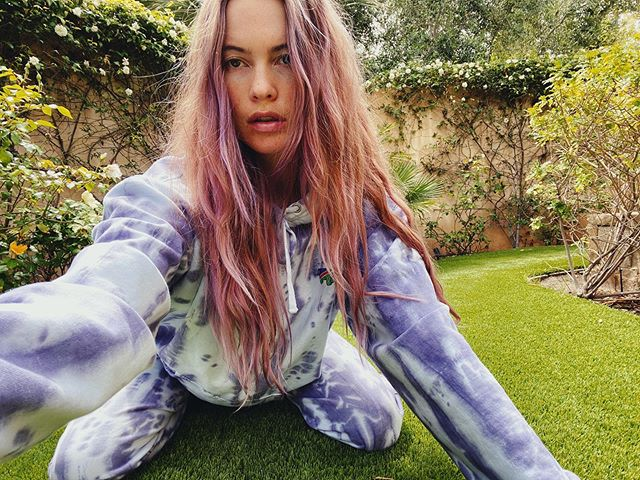 Behati Prinsloo mostrando su color de cabello en color azul con violeta