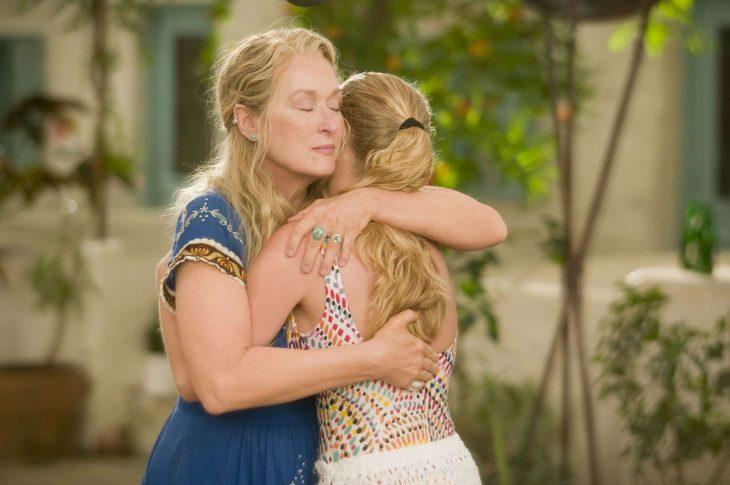 Escena de la película Mamma mia, chica abrazando a su mamá