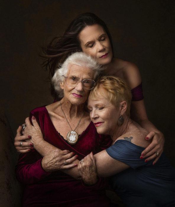 Tres generaciones de hijas abrazadas