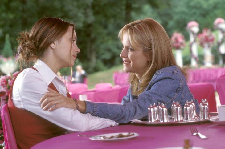 Escena de la película Lo que una chica quiere. Mujer abrazando a su madre