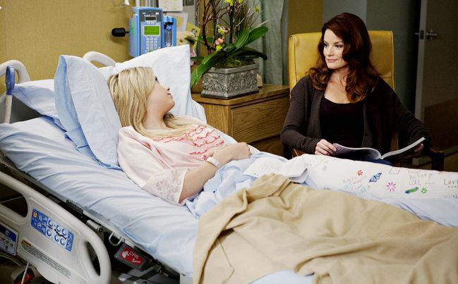 Escena de la serie Pretty Little Liars, chica hospitalizada y su madre junto a ella