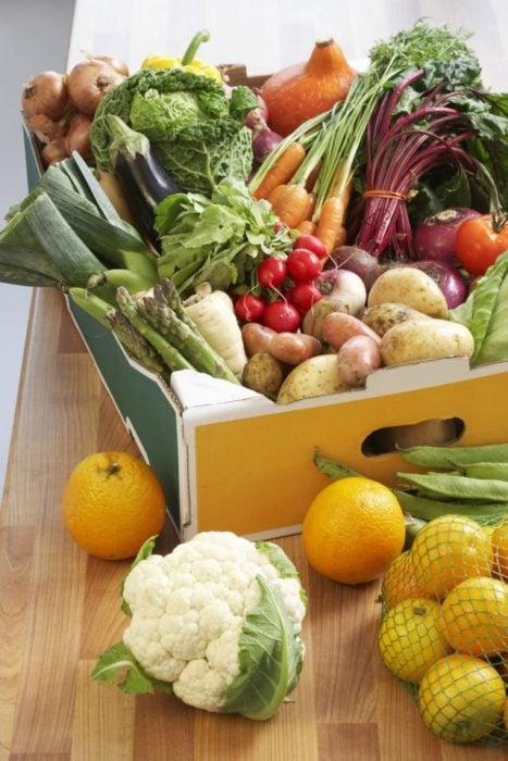 Caja llena de frutas y verduras frescas