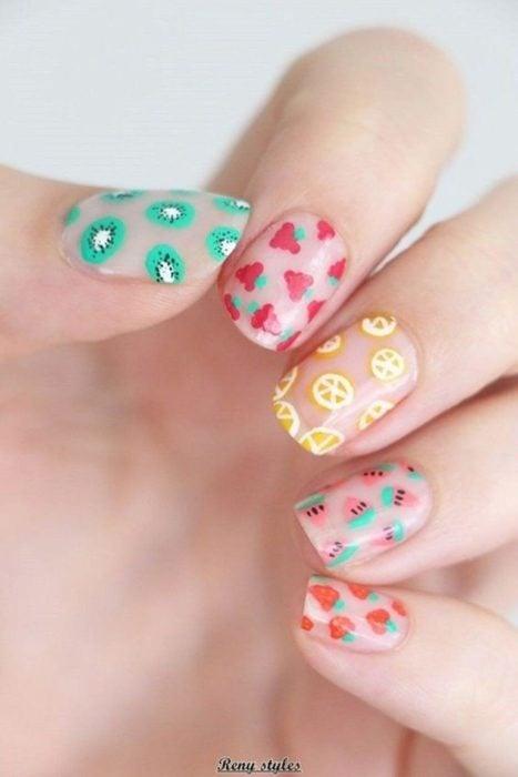 Diseño de manicure de diferentes frutas