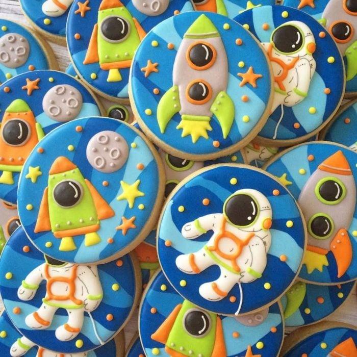Galletas para festejar el día del niño de astronautas y naves espaciales