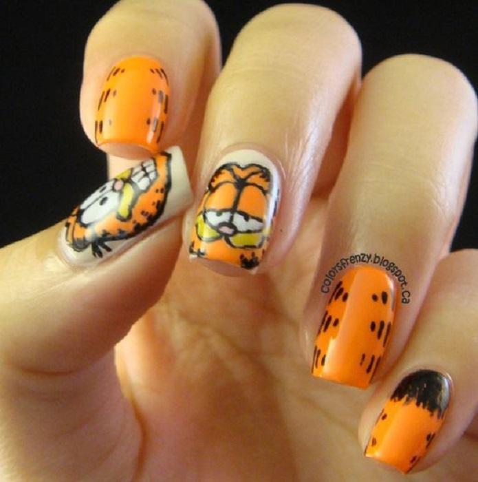 Manicura con diseño de la caricatura de Garfield