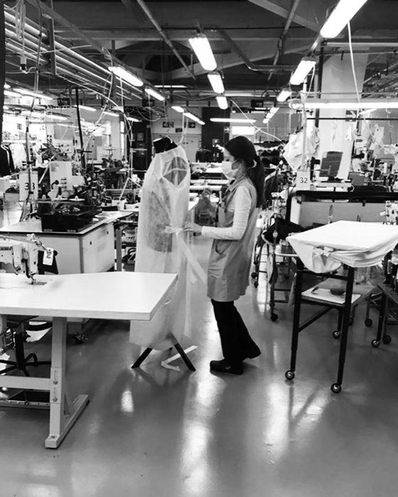 Equipo de Giorgio Armani produciendo batas desechables para los doctores