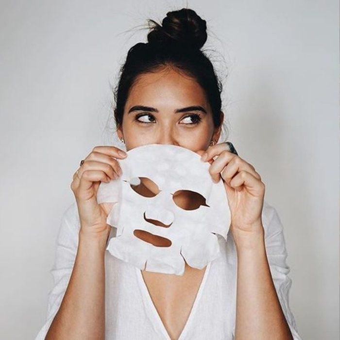 Mujer aplicando una mascarilla de papel