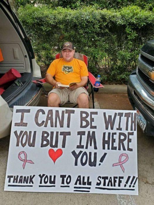 Albert Conner apoya a su esposa afuera del hospital