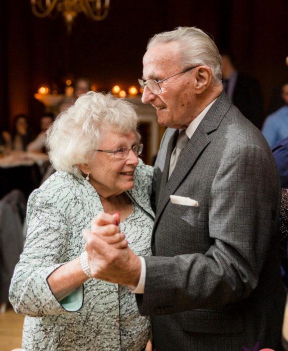 Nancy y bob abrazados mientras bailan durante una fiesta