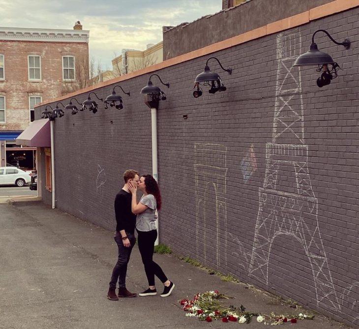 Le pide matrimonio a su novia en Torre Eiffel falsa por pandemia de coronavirus