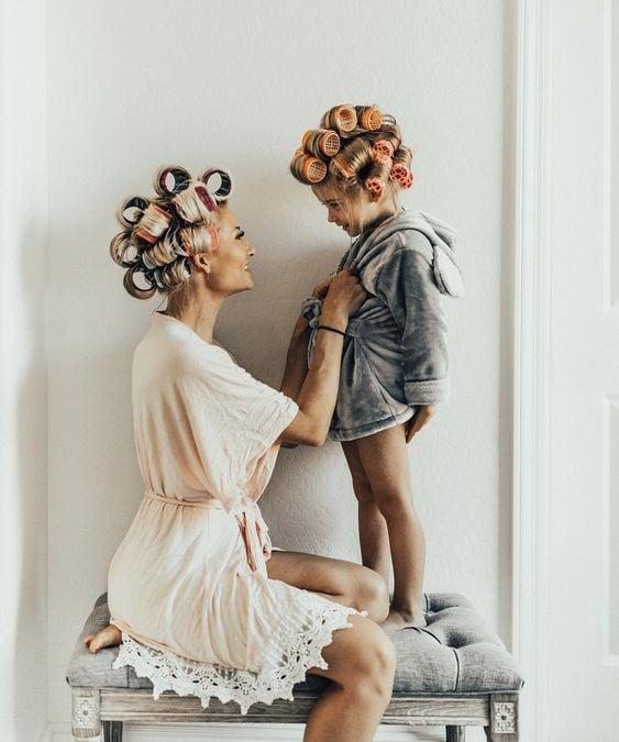 Madre e hija con tubos en la cabeza