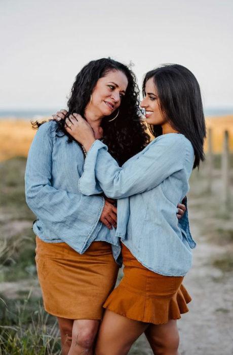Madre e hija vestidas iguales con blusa azul y falda color caramelo