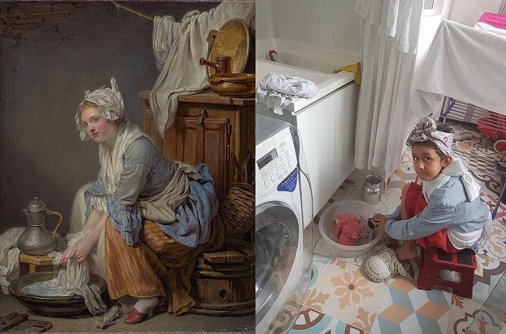 Niño imitando pintura en la que una mujer esta lavando ropa