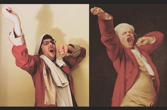Hombre imitando pintura en la que un hombre bosteza