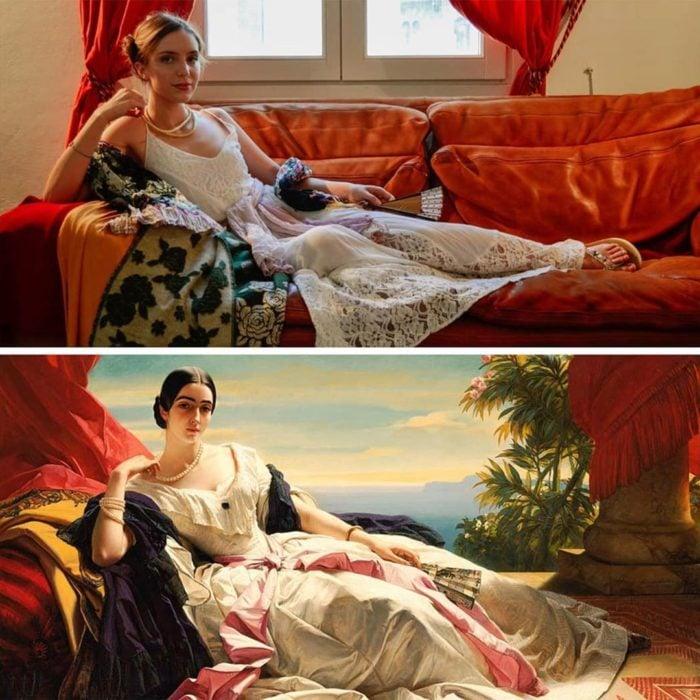 Mujer imitnado una pintura con cosas que tiene en casa