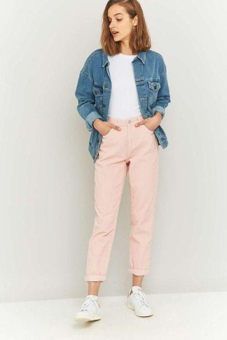 Chica usnado jeans rosados