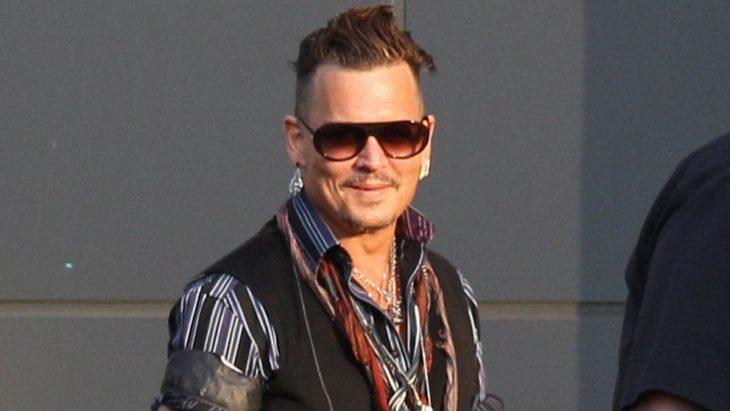 Johnny depp posando para una foto durante una alfombra roja