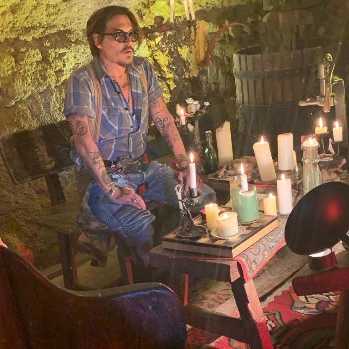 Johnny depp sentado en la sala de su casa mientras abre su cuenta de Instagram