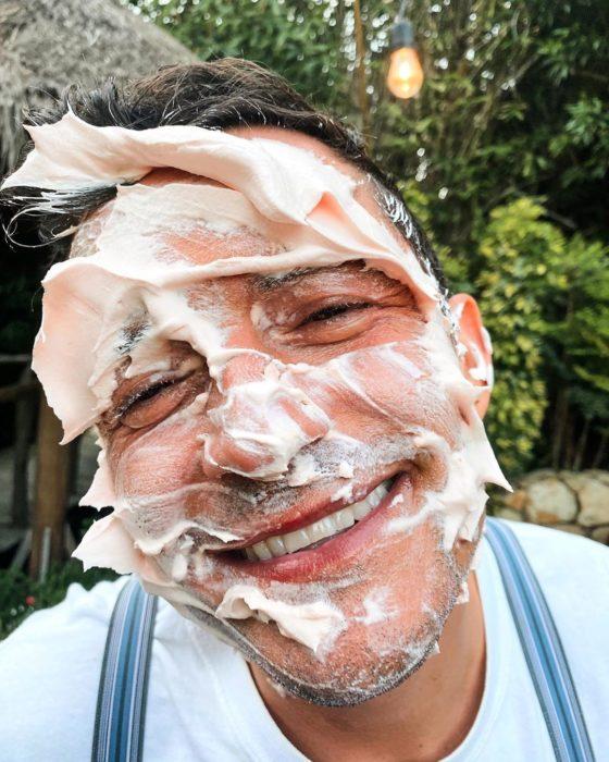 Orlando Bloom con betún en la cara