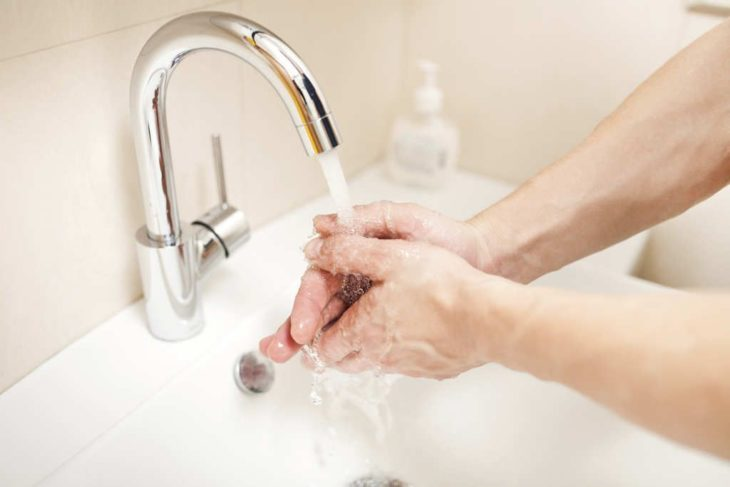 Persona lavando sus manos