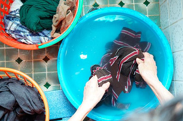 Mujer lavando su ropa a mano