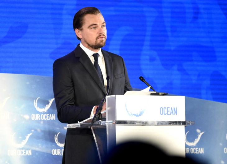 Leonardo DiCaprio en conferencia, con traje