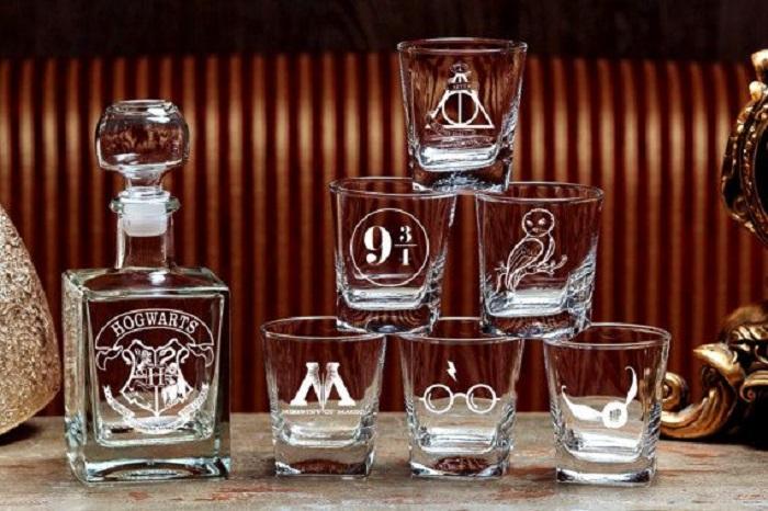Licorera y vasos para licor grabados con diseños de Harry Potter