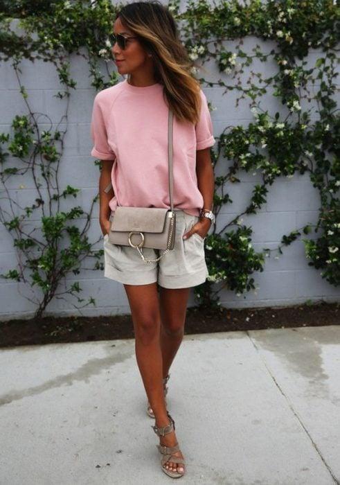 Chica usando shorts y blusa rosa