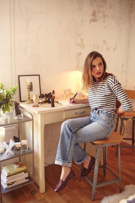 Chica usando jeans y playea rayada