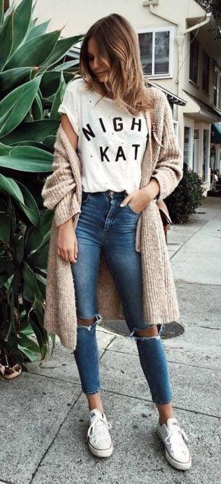 Chica usando jeans, blusa básica y cardigan largo